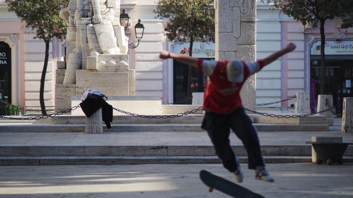 Uno skater a piazza Garibaldi